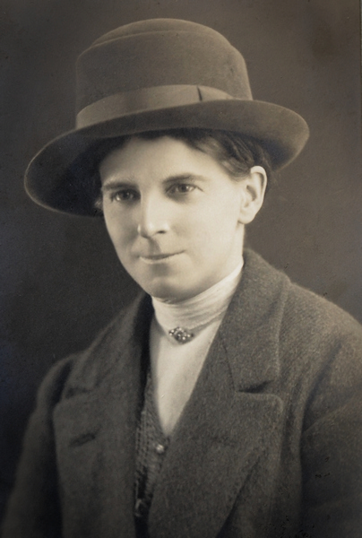Eleanor Vachell. Photograph taken in Cardiff. Amgueddfa Cymru National Museum Wales.